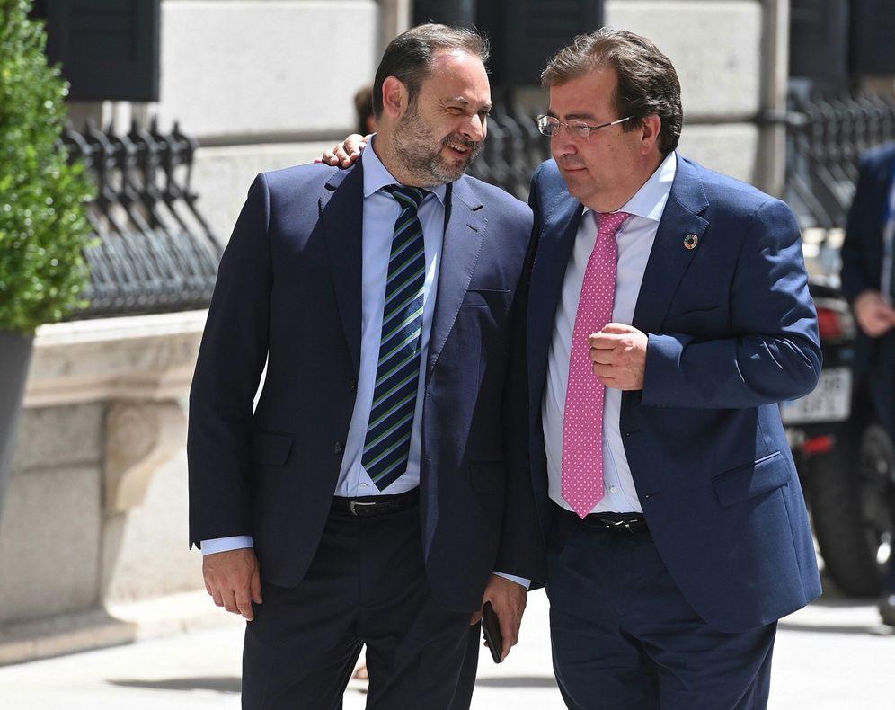 Foto: José Luis Ábalos, con el presidente de Extremadura, Guillermo Fernández Vara, el pasado 22 de julio, en la primera jornada del debate de investidura. (EFE)
