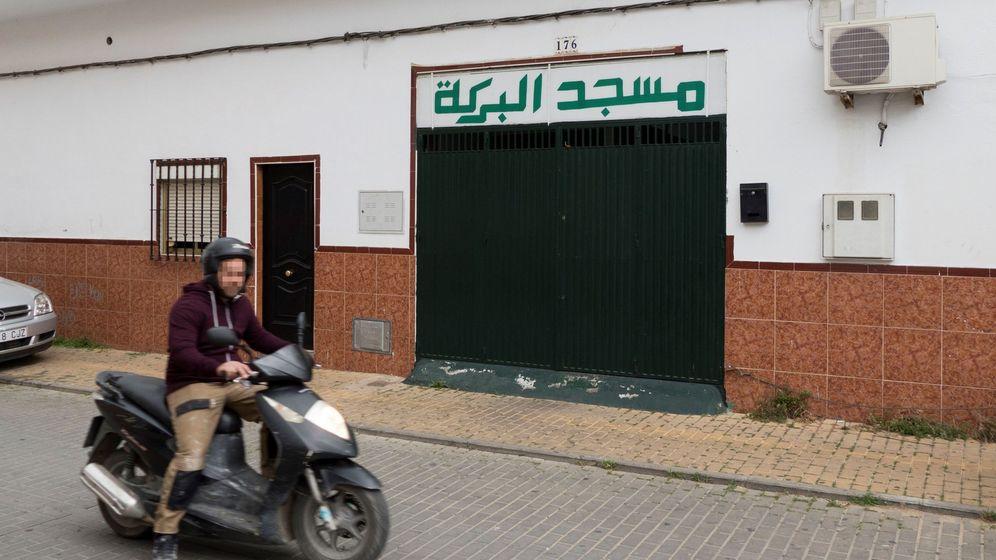 Foto: Mezquita del barrio sevillano de El Cerro del Aguila, en la que rezaba el presunto yihadista. (EFE)