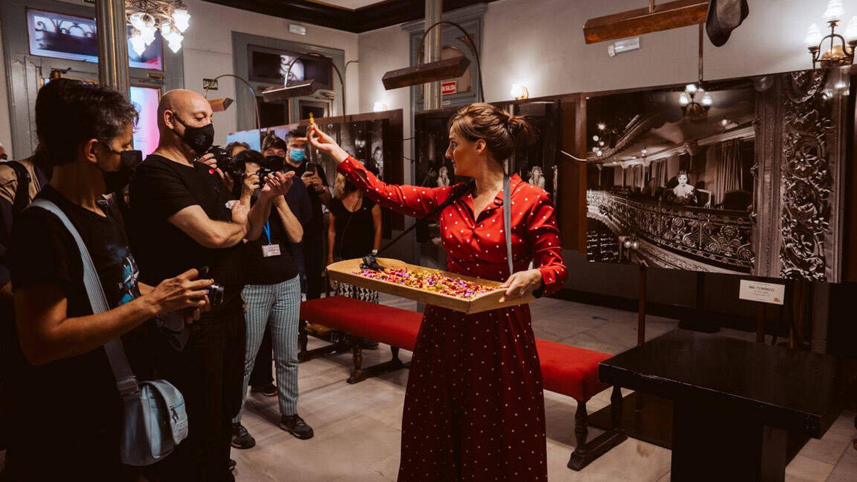 La actriz Patricia Estremera por el vestíbulo del Lara