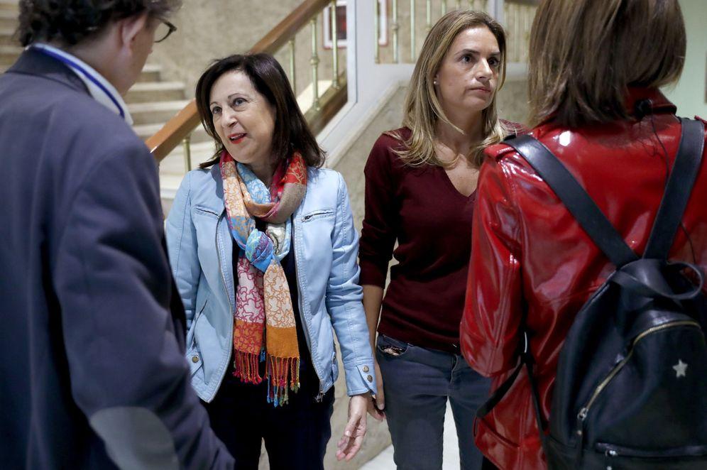 Foto: Las diputadas socialistas Margarita Robles y Susana Sumelzo, el pasado 3 de noviembre en los pasillos del Congreso. (EFE)