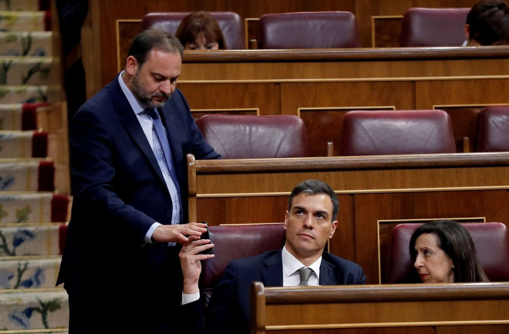 Foto: Pedro Sánchez, junto a Margarita Robles y José Luis Ábalos, el pasado 31 de mayo en el Congreso. (EFE)