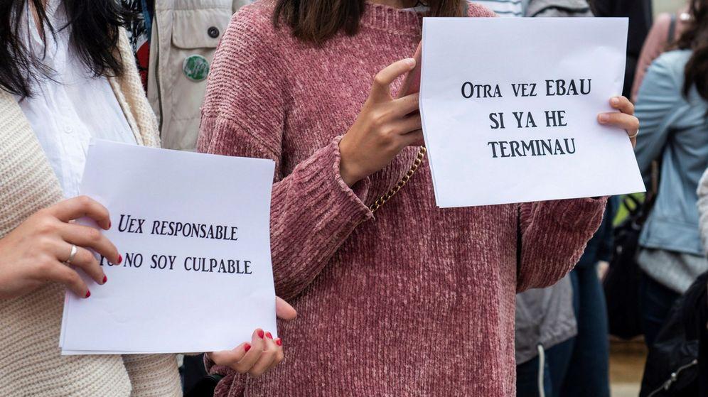 Foto: Estudiantes protestan frente a la Universidad de Extremadura. (EFE)