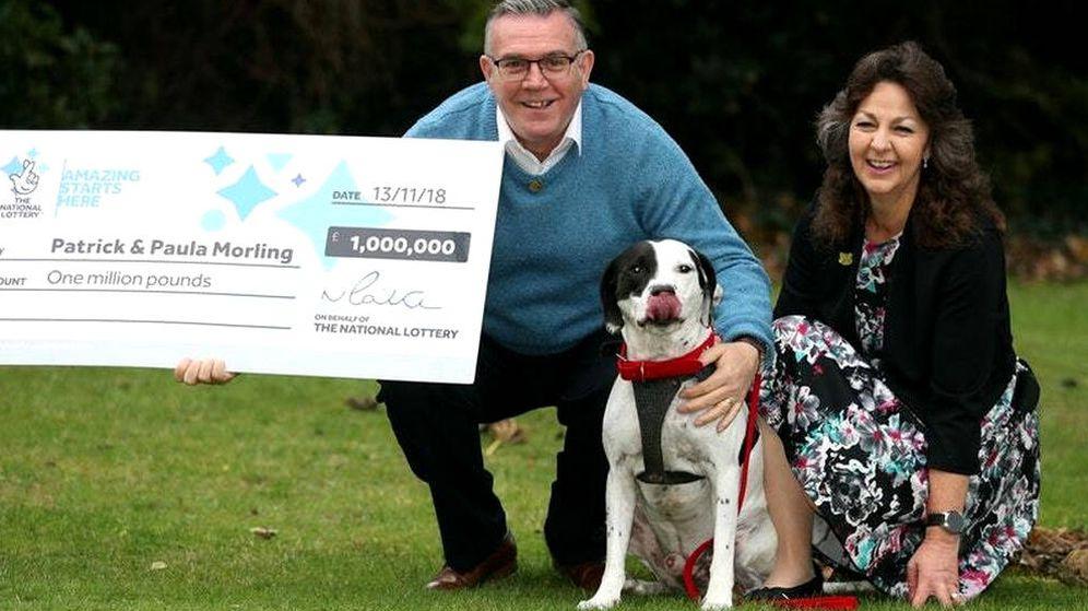 Foto: Patrick Morling, su mujer Paula y Ollie, el causante de todo (Foto: National Lottery)