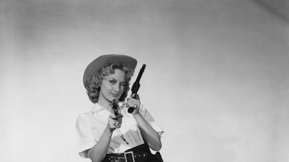 Foto: La actriz Gaby Bruyère, en una sesión de fotos al estilo 'cowgirl' en 1950. (Getty)