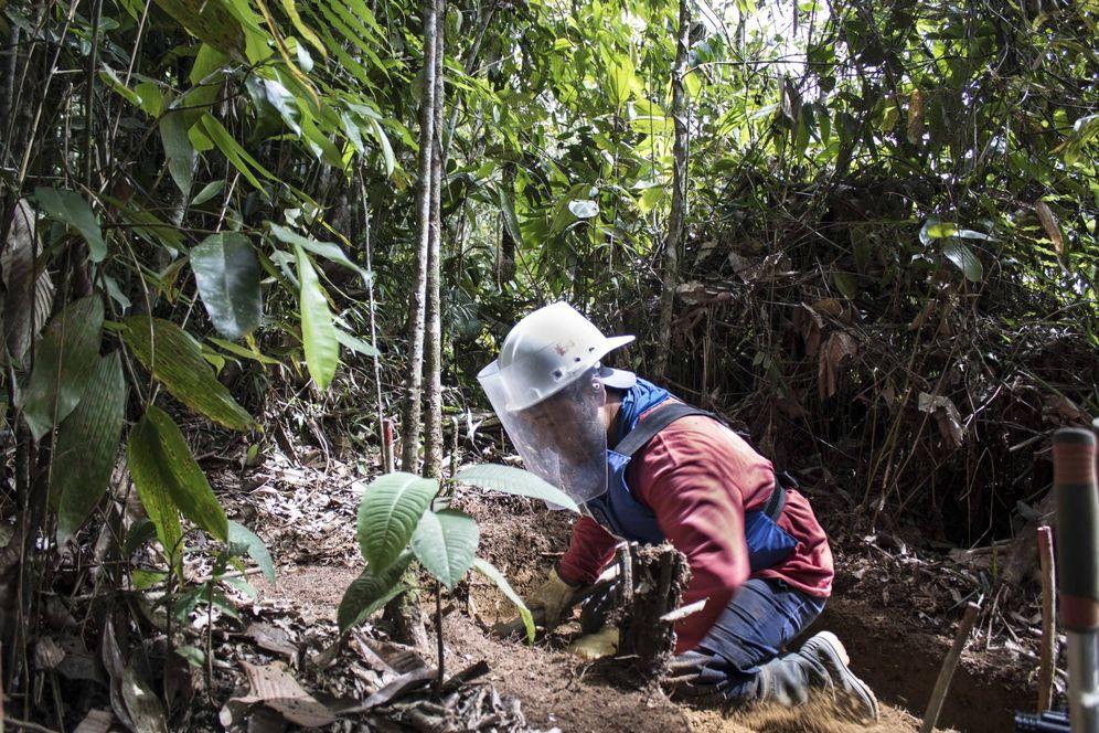 Foto: El exguerrillero Jaime durante las tareas de desminado (Laura Panqueva)