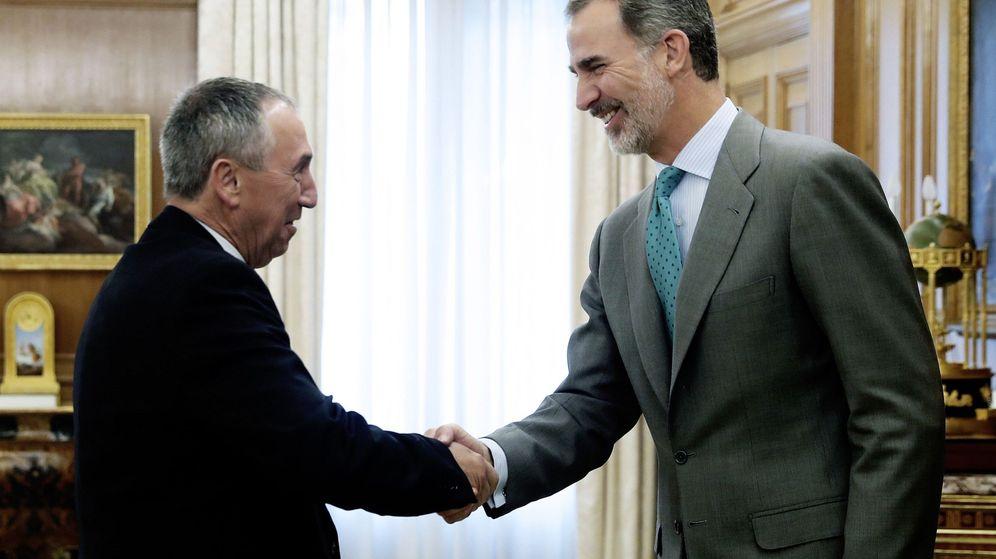 Foto: El rey Felipe VI saluda al diputado de Compromís, Joan Baldoví. (EFE)