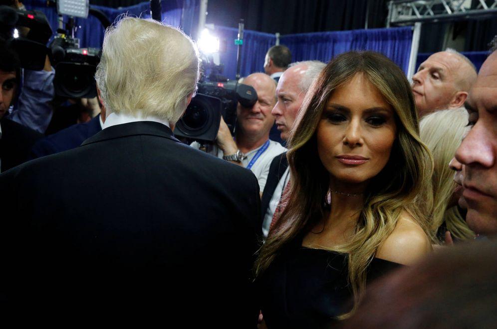 Foto: Melania Trump junto a su marido tras el segundo debate presidencial en Hempstead, Nueva York (Reuters).