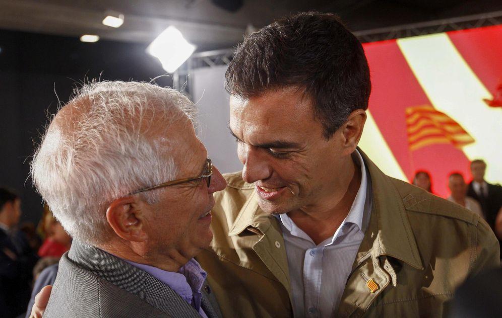 Foto: Pedro Sánchez, con el exministro Josep Borrell, el pasado 10 de septiembre, en el acto de arranque de campaña de las catalanas, en Barcelona. (EFE)
