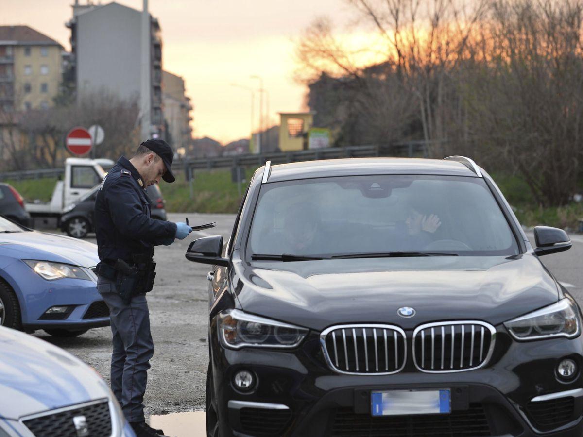 Foto: Un agente pide la documentación a un conductor en Milán. (EFE)