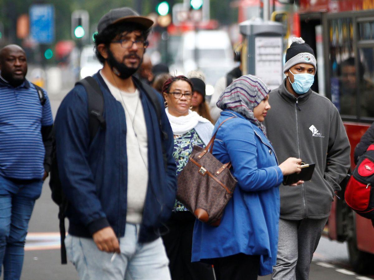 Foto: Un hombre con mascarilla espera para entrar en el autobús en Londres. (Reuters)