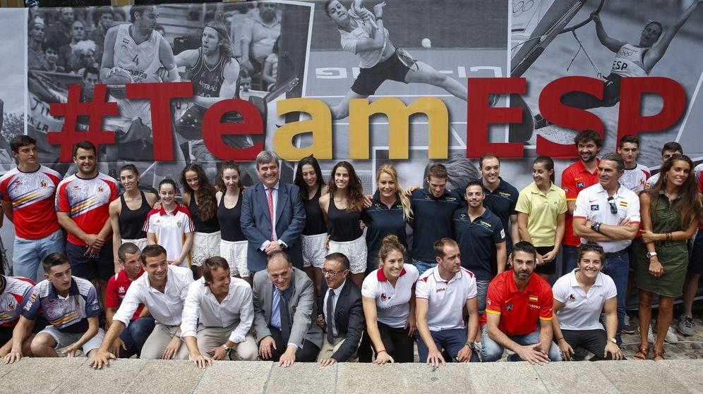 Foto: Miguel Cardenal, rodeado de deportistas, en la presentación del hashtag del deporte español para Río. (EFE)