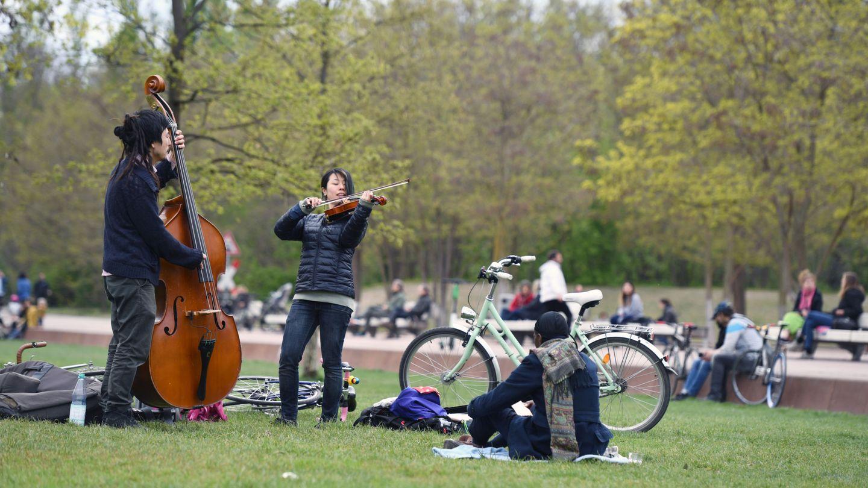 Personas tocando instrumentos en un parque de Berlín. (Reuters)