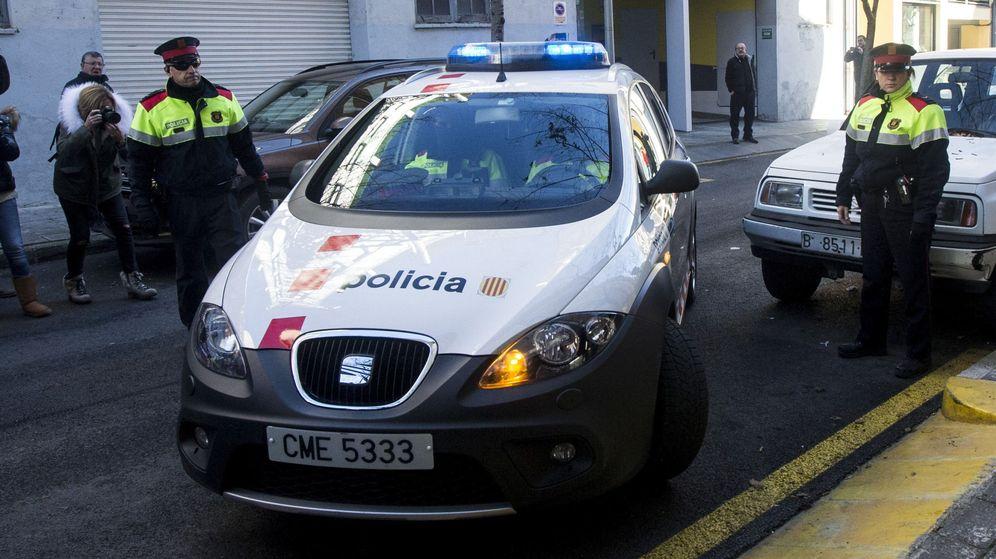 Foto:  Un vehículo de los Mossos d'Esquadra trasladada al padre de Nadia, Fernando Blanco, al juzgado de La Seu d'Urgell. (EFE)