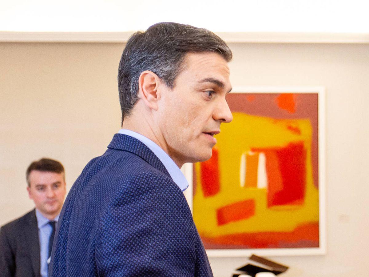 Foto: El presidente del Gobierno, Pedro Sánchez, durante su entrevista con El Confidencial, en abril de 2019 en el Salón Tàpies de la Moncloa. Al fondo, el director de su Gabinete, Iván Redondo. (Jorge Álvaro Manzano)