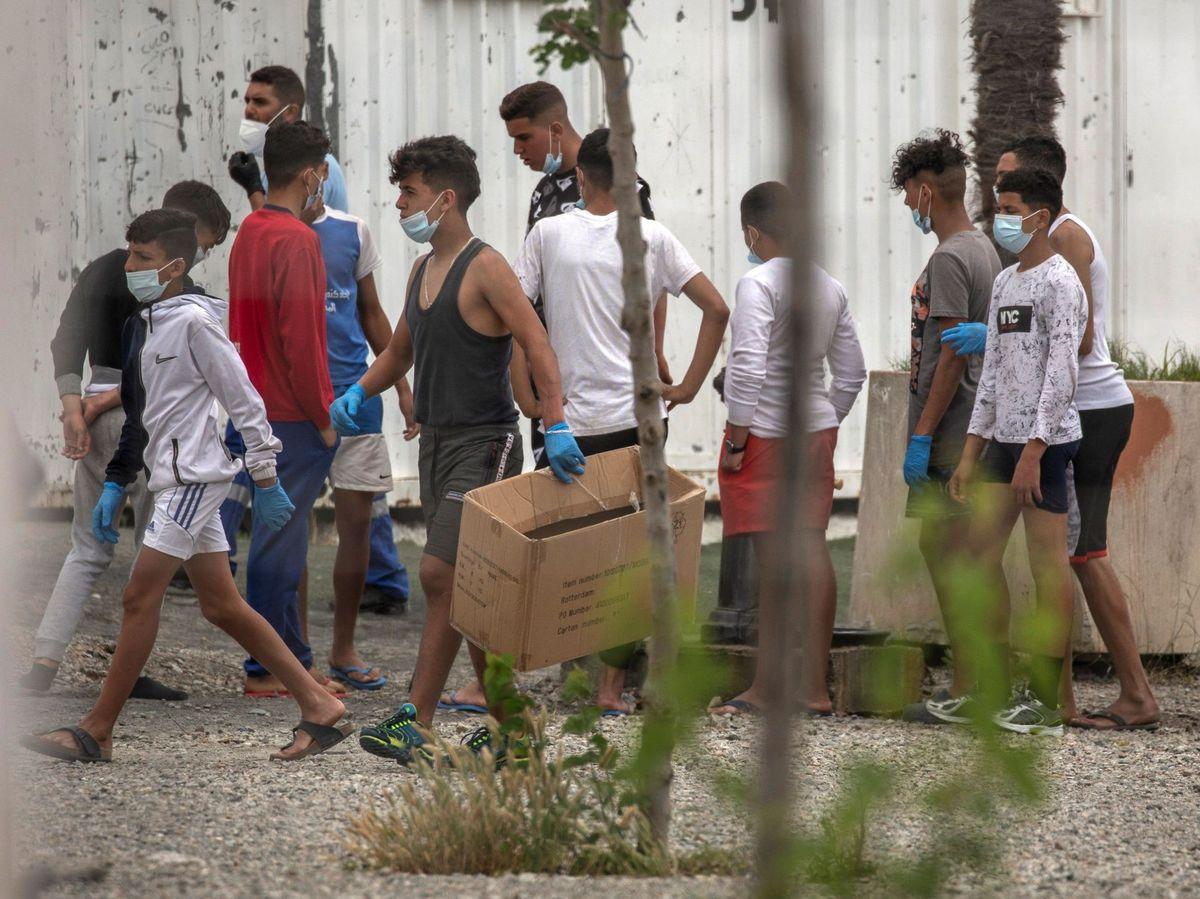 Foto: Menores inmigrantes permanecen en la ciudad española de Ceuta. (EFE)