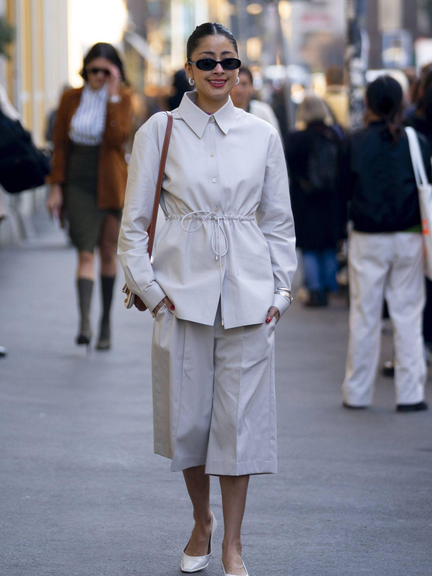 Un outfit minimal con bermudas. (Imaxtree)