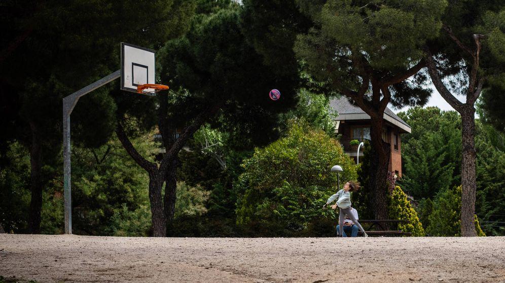 Foto: Una niña lanza a canasta en el parque de la Dehesa de la Villa, en Madrid. (Carmen Castellón)
