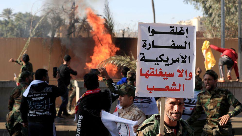 Foto: Asaltantes en la Embajada estadounidense en Bagdad. El cartel reza: Cerrad la embajada estadounidense o la gente la cerrará. (Reuters)