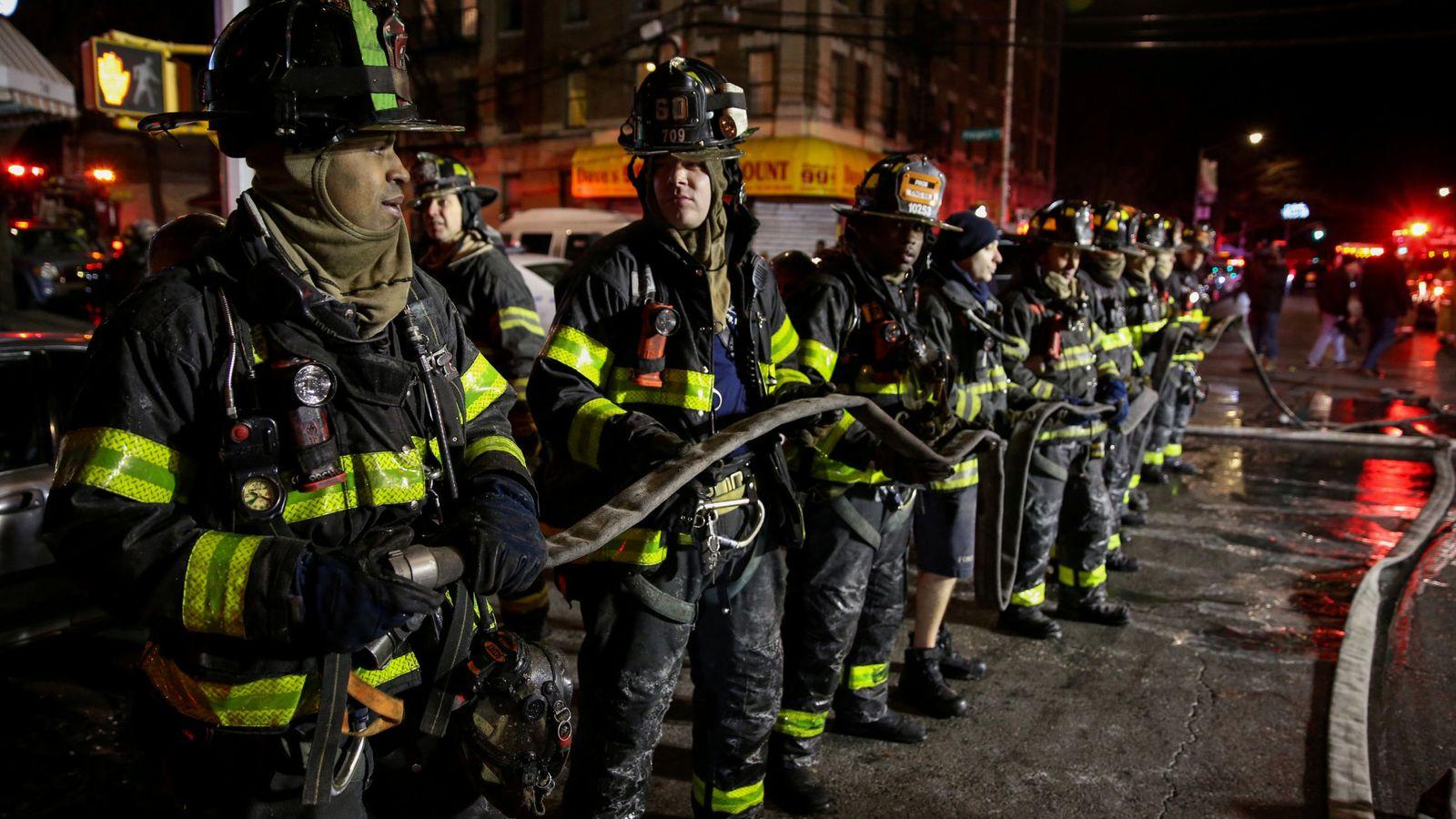 Foto: Los bomberos tratan de extinguir el fuego en el Bronx, en Nueva York. (Reuters)