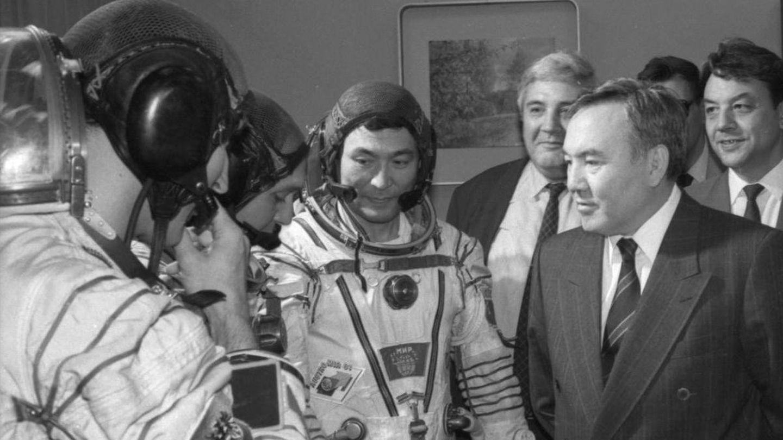 El presidente de Kazajistán N. Nazarbayev habla con la tripulación de Aubakirov en 1991