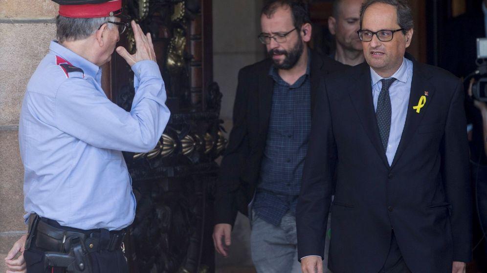 Foto: El candidato a presidente de la Generalitat, Quim Torra (d), sale del Parlament tras una reunión que mantenido el grupo parlamentario de JxCAT. (EFE)