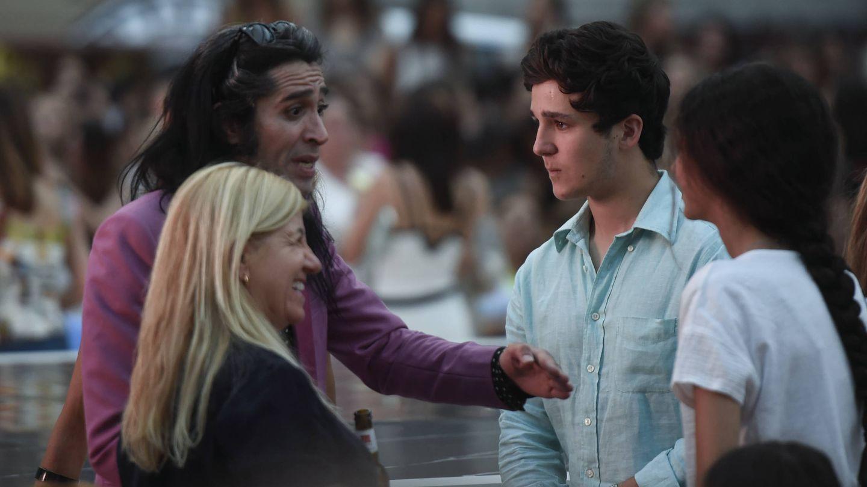 Froilán y Victoria Federica saludando a Mario Vaquerizo. (Gtres)