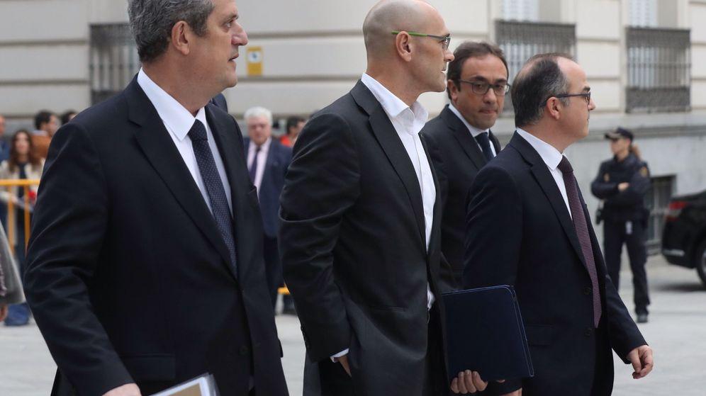 Foto: Joaquim Forn junto a otros 'consellers'. (EFE)