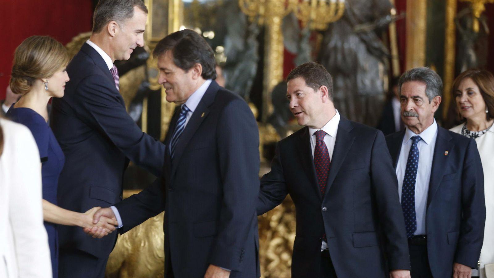 Foto: Los Reyes, saludando al presidente de Asturias, Javier Fernández, en la recepción de la Fiesta Nacional de 2015. (EFE)