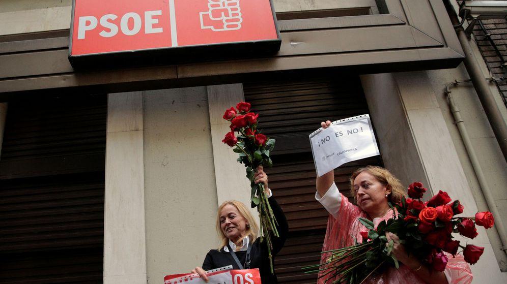 Foto: Simpatizantes del PSOE a las puertas de la sede federal, en la madrileña calle de Ferraz, el pasado 22 de octubre. (Reuters)