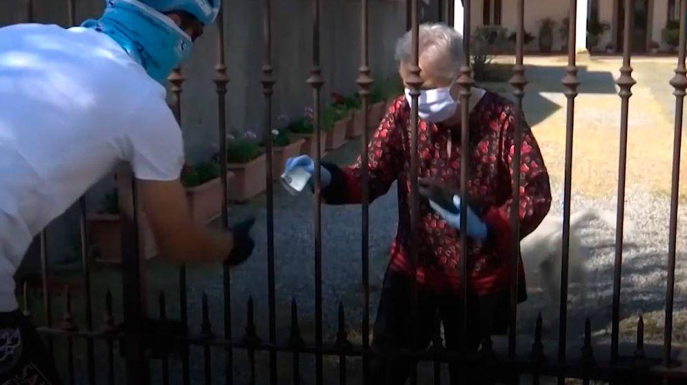 Foto: Davide Martinelli hace entrega de sus medicinas a una persona mayor