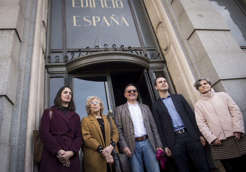 Foto: Trinitiario Casanova junto a la alcaldesa de Madrid, Manuela Carmena, en la puerta del Edificio España