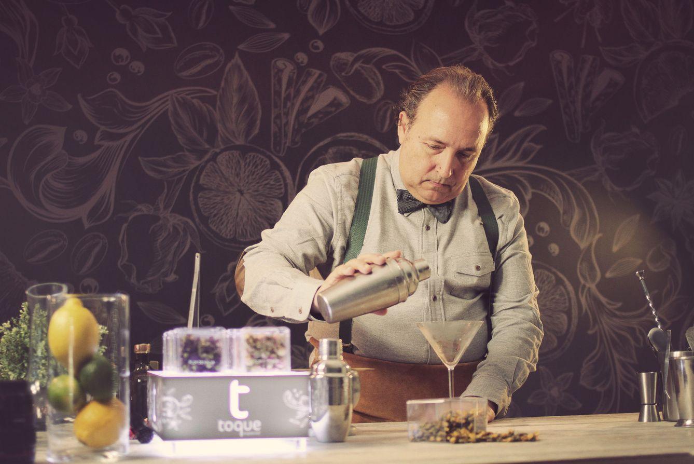 Foto: El ilicitano Pepe Orts, rey de los cócteles con botánicos, nos enseña a usar la pimienta, la canela o el limón