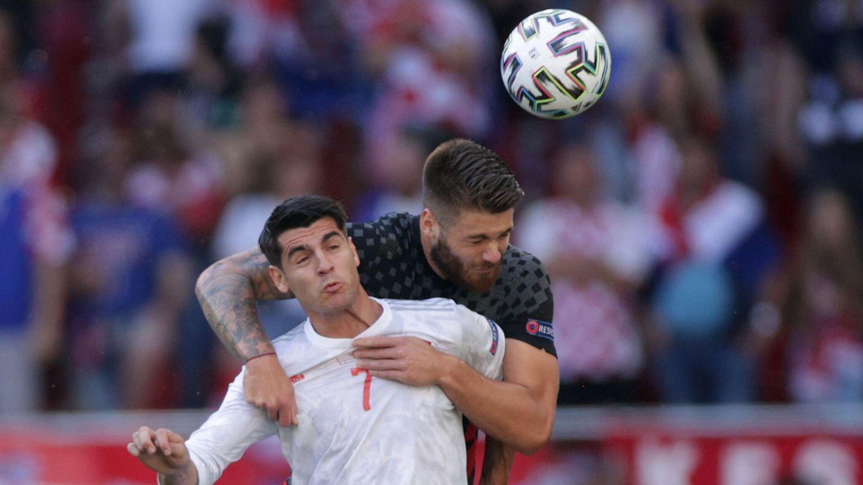 Morata gana un balón aéreo. (Reuters)