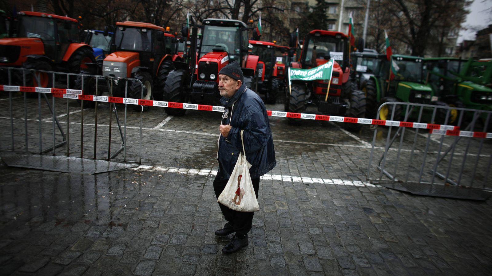 Foto: Un anciano camina por el centro de Sofía durante una protesta de agricultores, en diciembre de 2011. (Reuters)