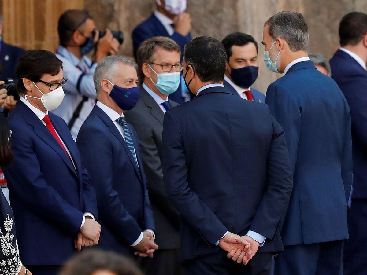 Foto: Urkullu, Feijóo y Moreno saludan al Rey y a Sánchez en la conferencia del año pasado pasado. (EFE)