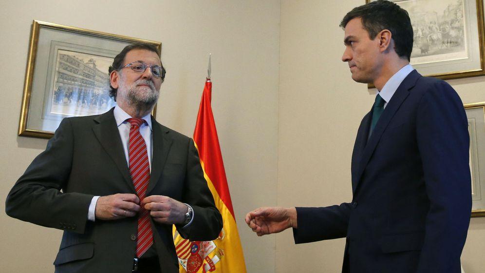 Foto: El presidente del Gobierno en funciones, Mariano Rajoy, junto al secretario general del PSOE, Pedro Sánchez. (EFE)