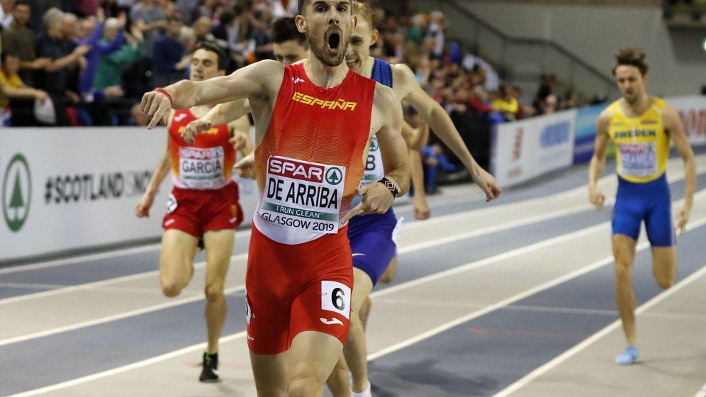 Foto: Álvaro de Arriba nada más cruzar la meta de 800 metros. (EFE)