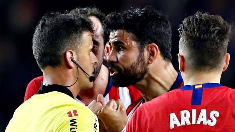 Foto: Diego Costa, tras ser expulsado por Gil Manzano en el Camp Nou. (EFE)