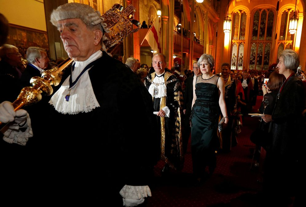 Foto: La primera ministra británica, Theresa May, durante el Lord Mayor's Banquet, en Guildhall, Londres. (Reuters)