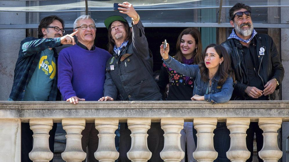 Foto: Los actores de The Walking Dead con Ribó (Compromís) y Sandra Gómez (PSPV-PSOE). (EFE)