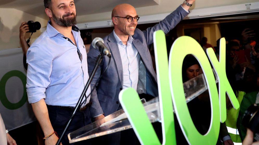 Foto: El líder de Vox, Santiago Abascal (i), participa en un mitin junto al candidatos a las elecciones europeas, Jorge Buxadé (Efe)