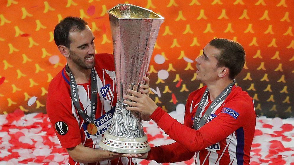 Foto: Godín (i) y Griezmann con el título de la Europa League ganado por el Atlético de Madrid en 2018. (Reuters)