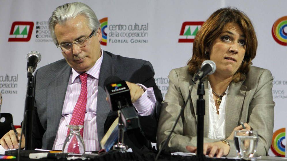 Foto: El exjuez español Baltasar Garzón (i) y la ministra de Justicia, Dolores Delgado (d), en una imagen de archivo de 2012. (EFE)