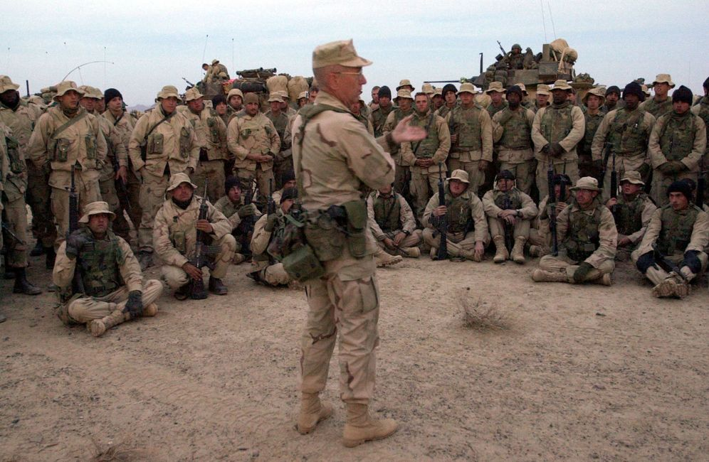 Foto: El general James Mattis habla con militares estadounidenses en Kandahar, Afganistán. (Reuters)