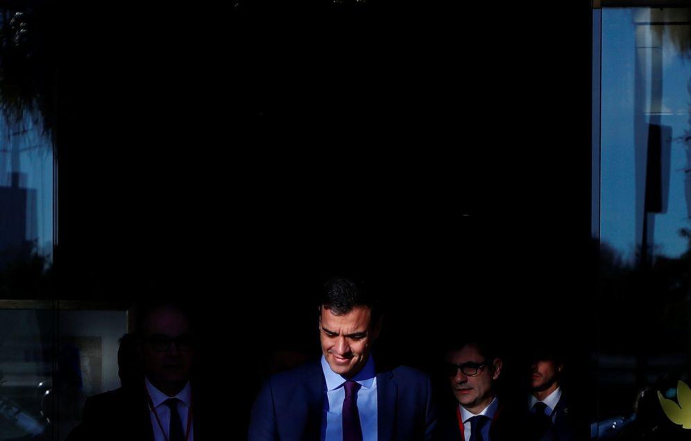 Foto: Pedro Sánchez sale de su hotel para dirigirse a la reunión del Consejo de Ministros en la Casa Llotja de Mar, este 21 de diciembre en Barcelona. (Reuters)