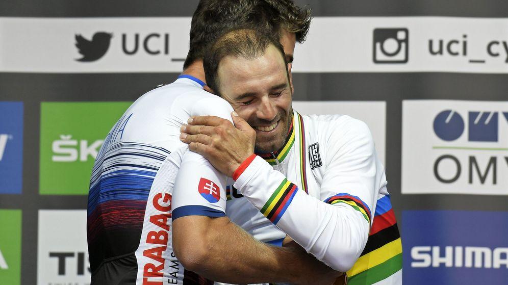 Foto: Alejandro Valverde y su abrazo con el carismático Peter Sagan. (EFE)