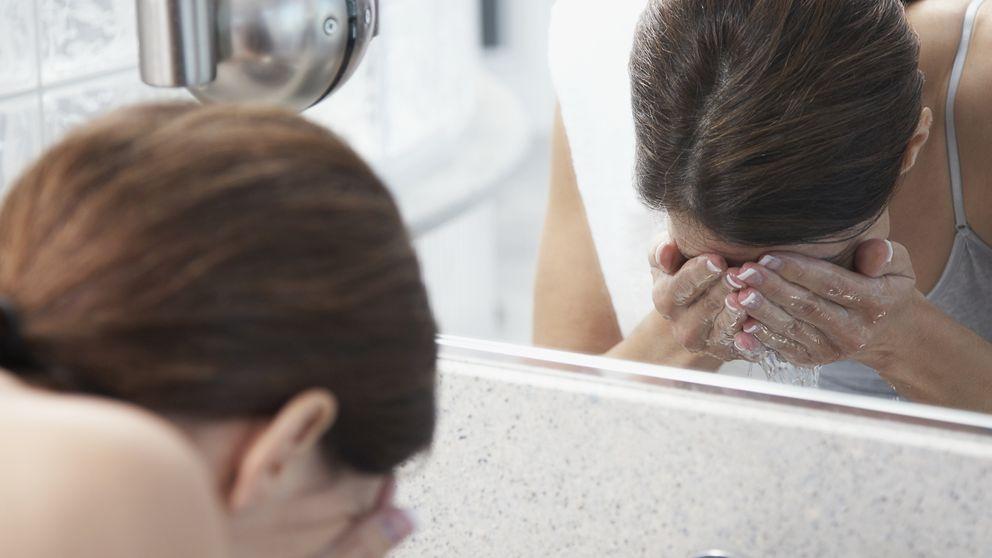 Por qué no es bueno lavarse la cara al levantarse por la mañana