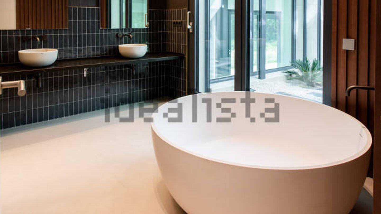 Uno de los baños del chalé de Marcos Llorente. (Idealista)