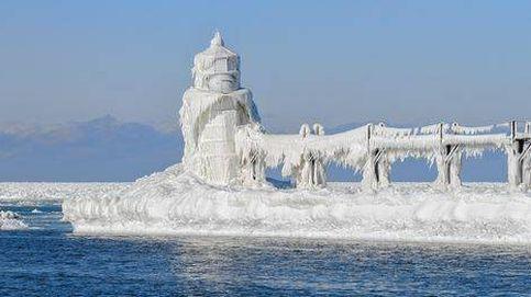 Vuelo sobre el faro de Saint Joseph congelado, en el lago Michigan