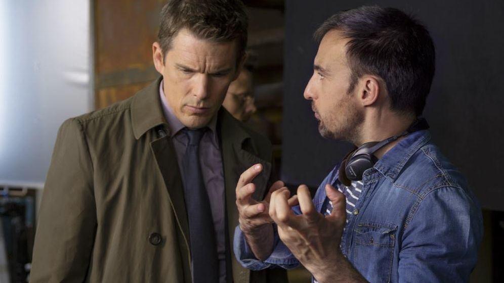 Foto: Alejandro Amenábar junto a Ethan Hawke en el rodaje de 'Regresión'. (EFE)